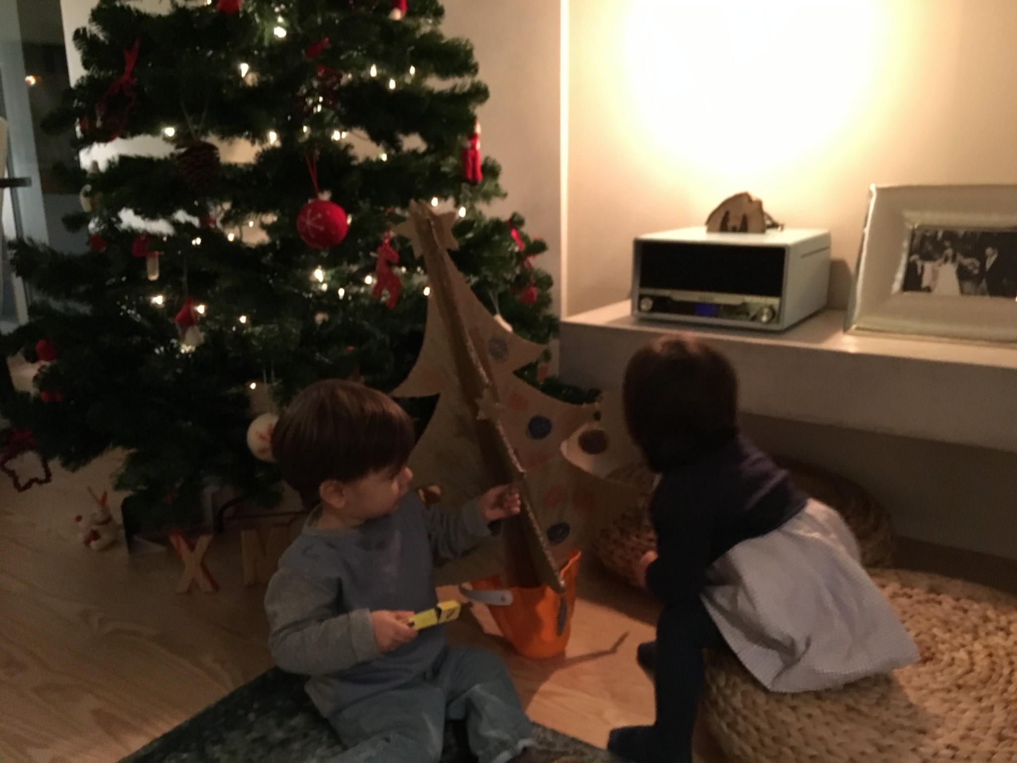 A árvore de Natal da Matilde e do Tomás! - Aos Pares