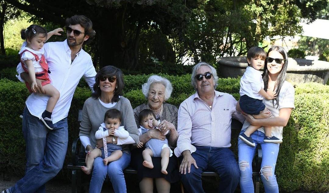 Um beijinho a todos os avós! #newpostnoblog #blogaospares #diadosavos #avos #twinsmt #twinsmatildetomas #happyfamily #happytime